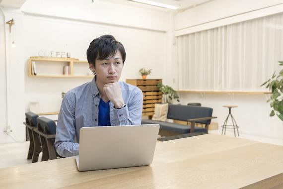 パソコンを使用する男性