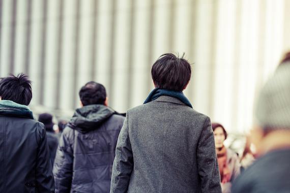 前へ歩く男性