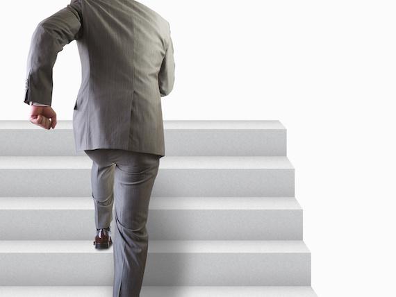 階段を登る男性
