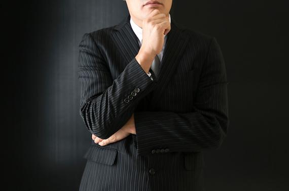悩むビジネスマン