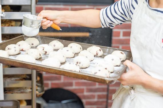 パン屋の女性パン職人