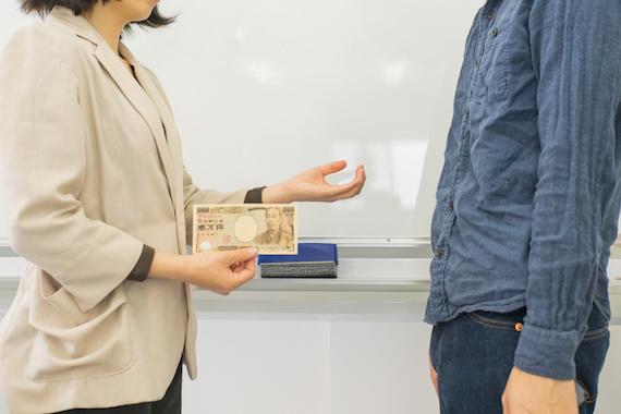 お金を要求する講師