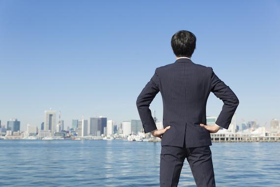 東京を見つめるビジネスマン