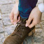 靴紐を縛る