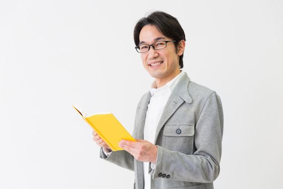 本を読むミドル男性
