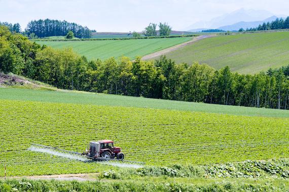 肥料を散布するトラクター