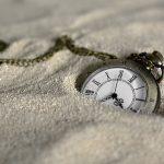 砂に埋もれた時計