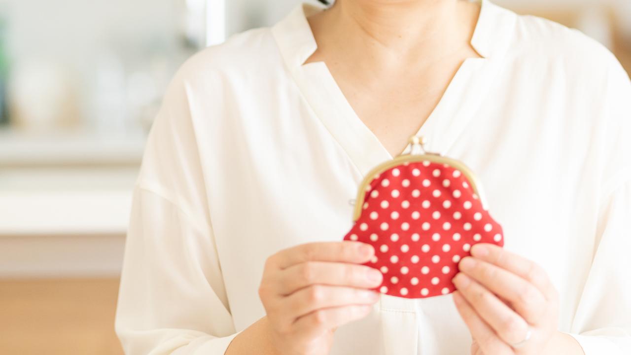 お財布を持つ女性