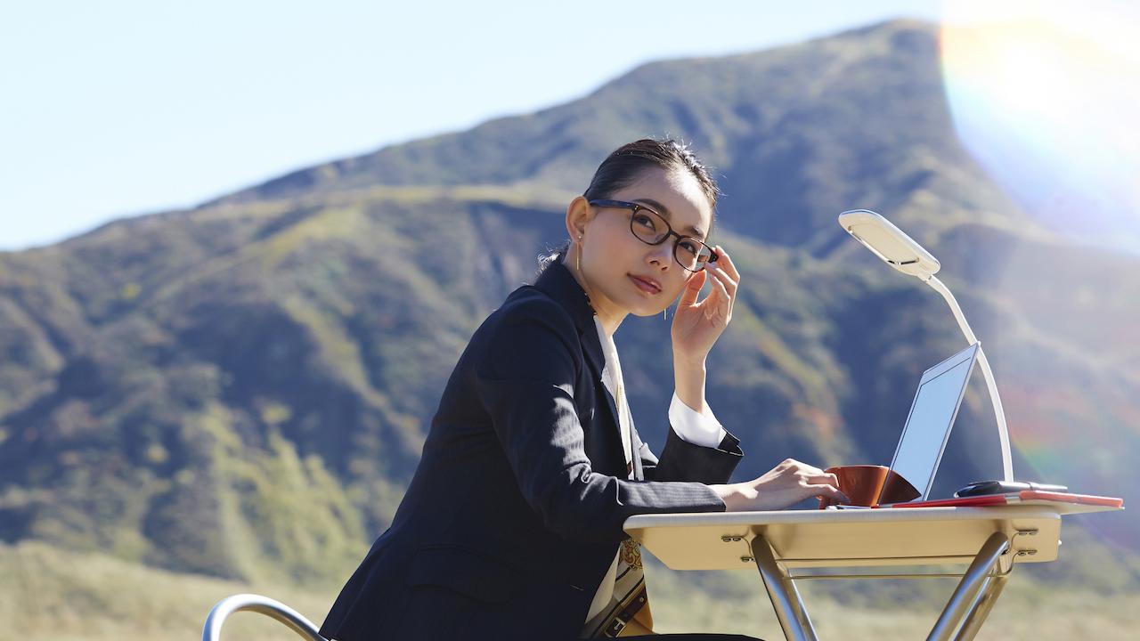田舎で仕事する女性
