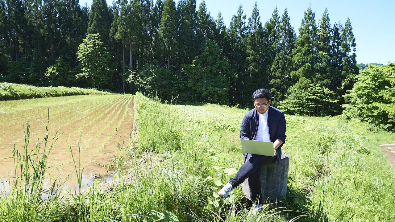 畑で仕事をする男性