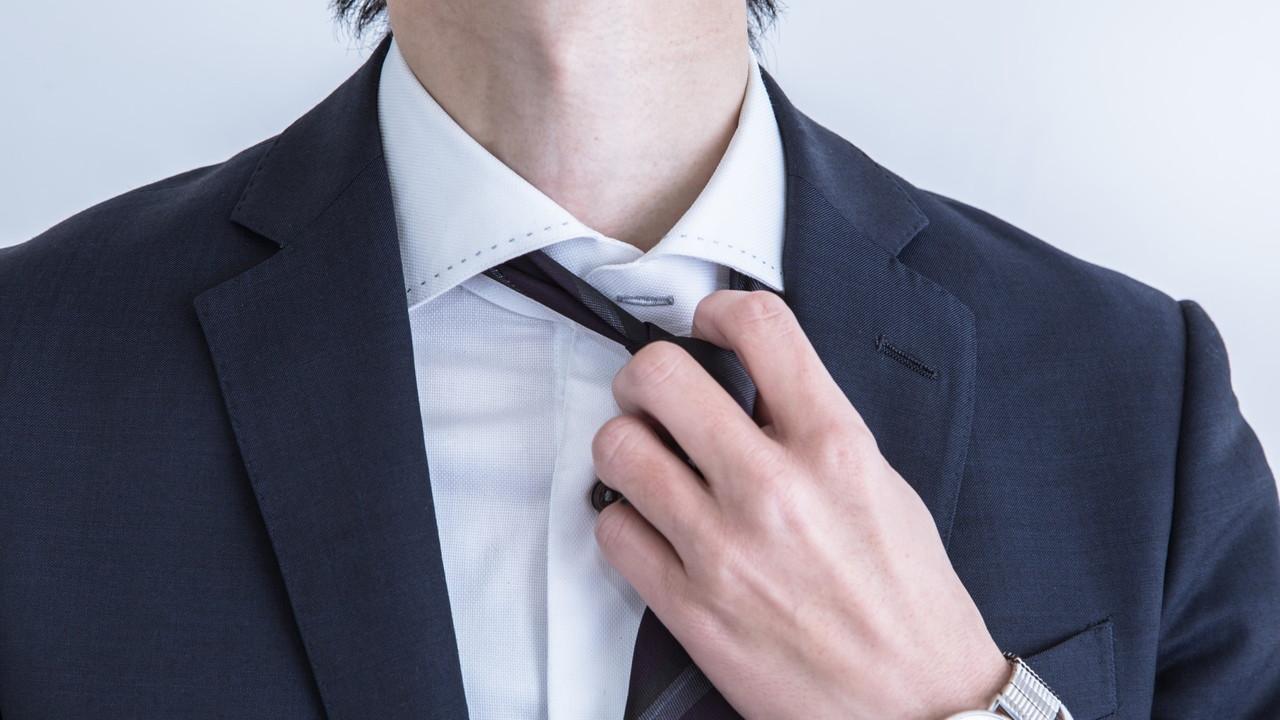ネクタイを外す男性