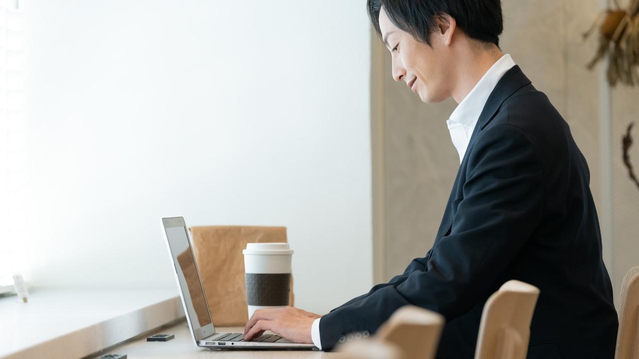 カフェでパソコンを操作する男性