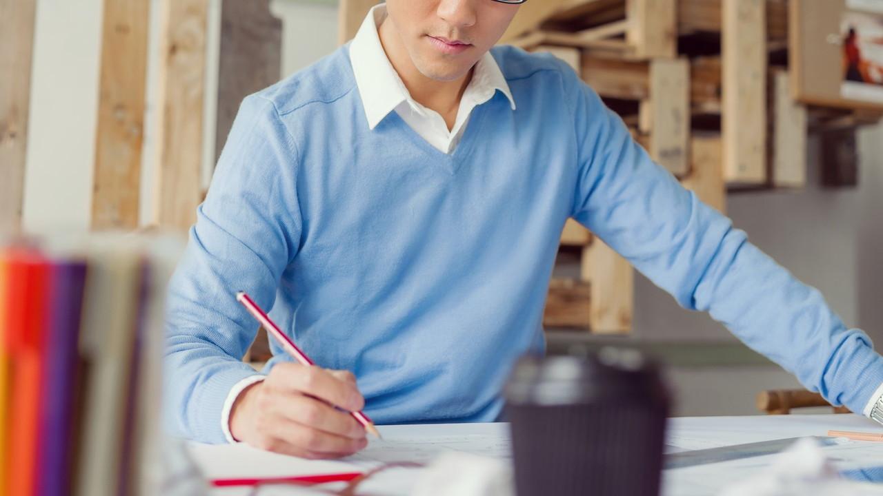 図面を書く男性
