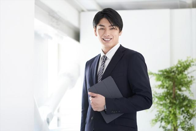 笑顔のスーツの男性