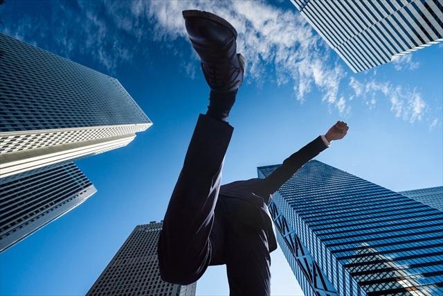 飛躍する男性会社員