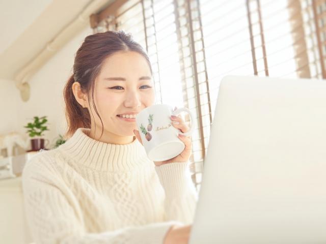 パソコンで学ぶ女性