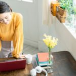 自宅で仕事する女性